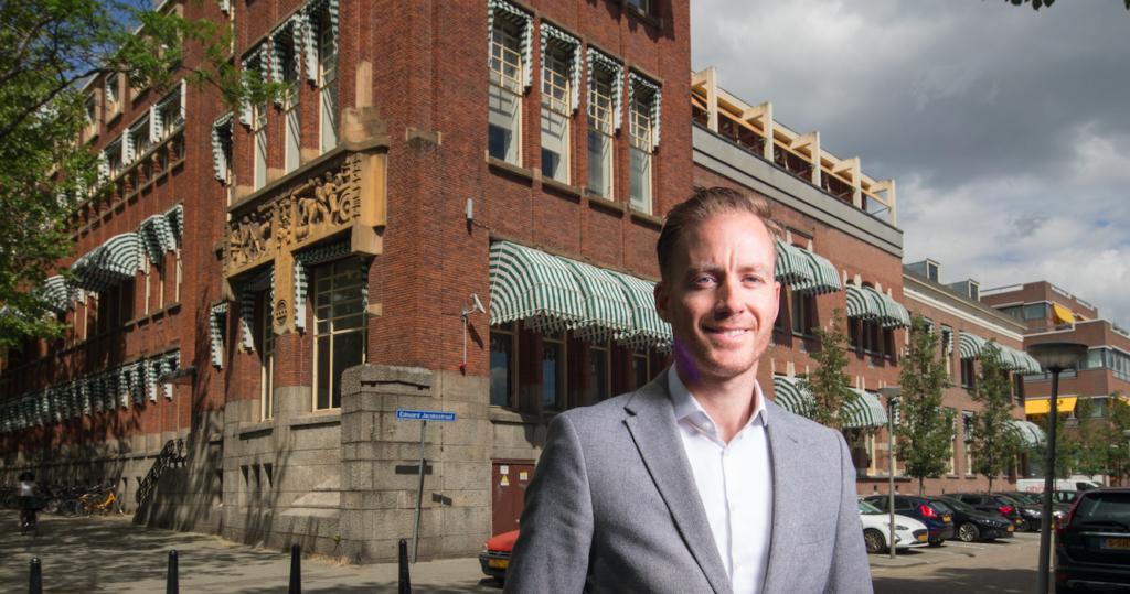 Niels vertelt over het Heinekengebouw en de rijke Rotterdamse geschiedenis van dit merk