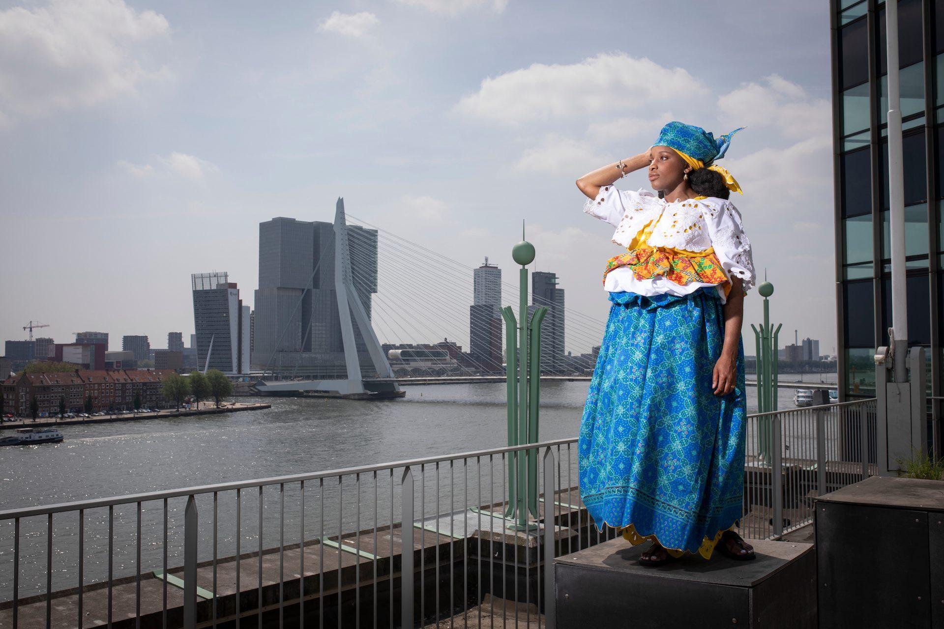 Nyanga Weder danst de banya op het dak van De Nieuwe Boompjes